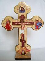 Крест настольный деревянный (06) фигурный, с распятием, на подставке