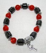 Браслет (67) красные шарики, с гематитовыми вставками и распятием